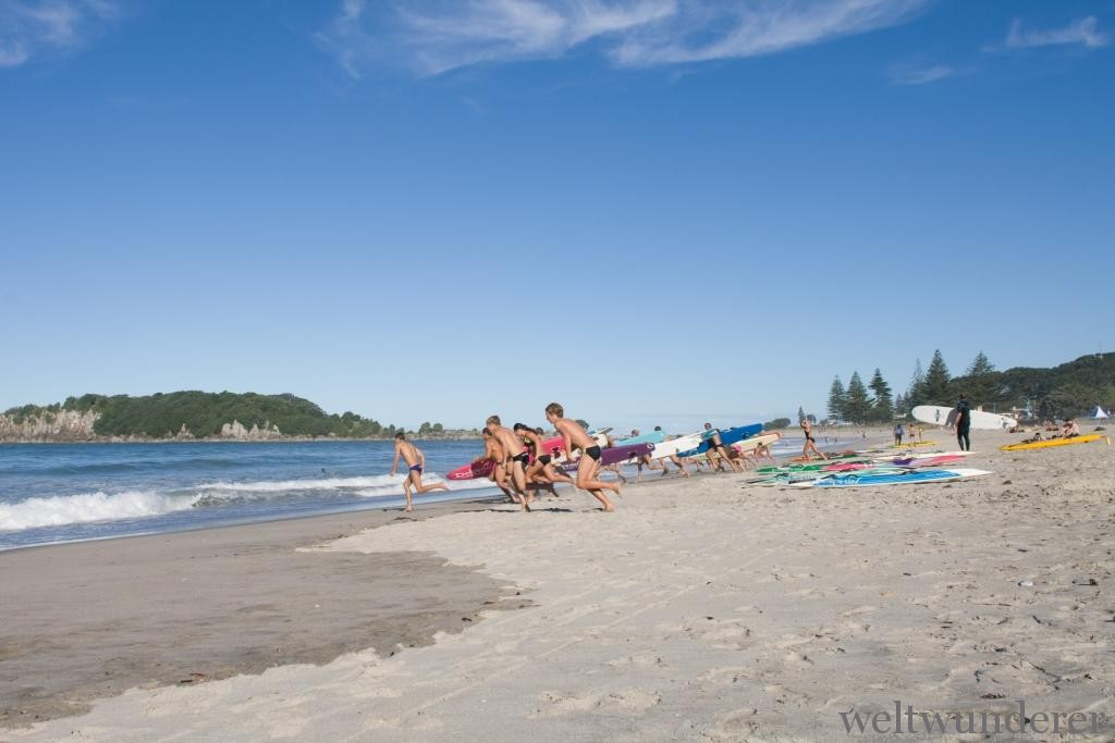Ocean Beach mit Surfer-Sicht in Mount Maunganui