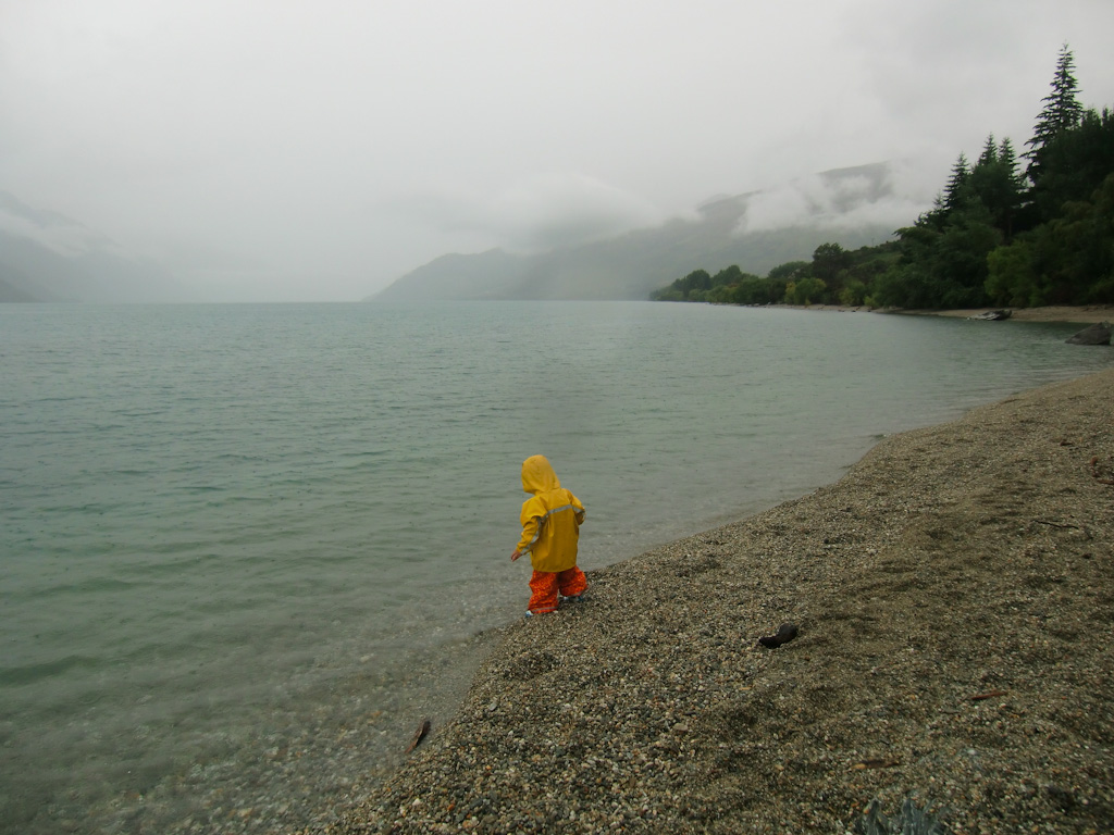 Lake Wakatipu Queenstown Kind im Regen